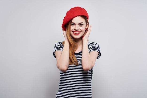 Mujer alegre posando moda mirada atractiva aretes rojos joyería fondo aislado