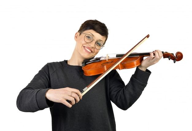 Mujer alegre que toca el violín