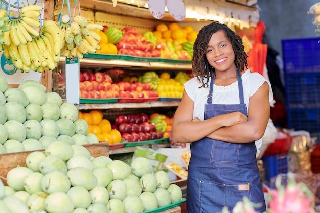 Mujer alegre que trabaja en supermercado