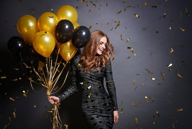 Mujer alegre con ramo de globos