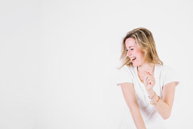 Mujer alegre riendo