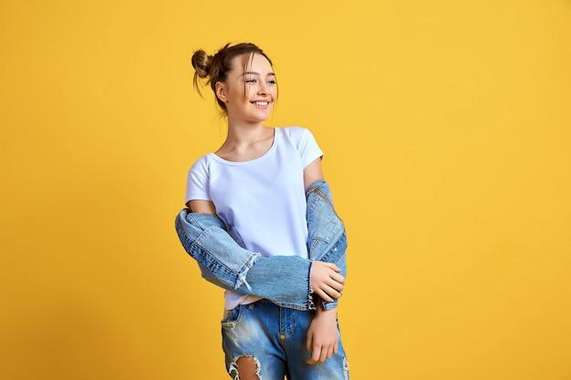 Mujer alegre en ropa casual de mezclilla