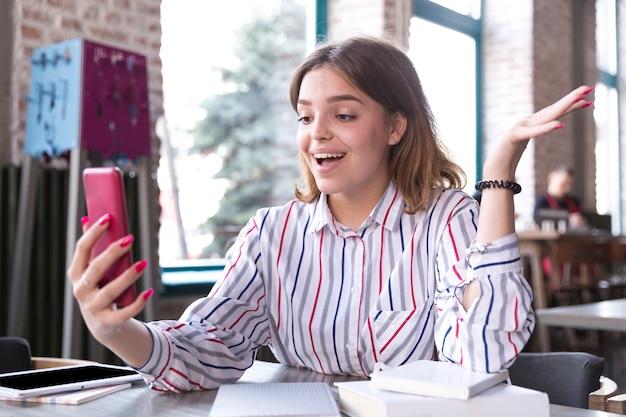 Mujer alegre con teléfono móvil
