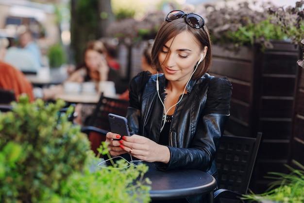 Mujer alegre usando su móvil