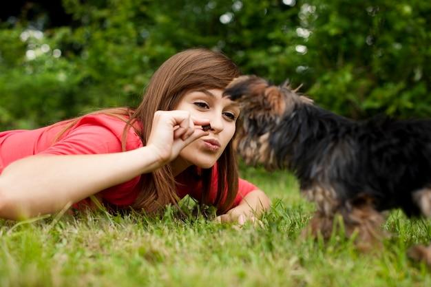 Mujer alimentando cachorro