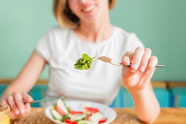 Mujer con alimentos