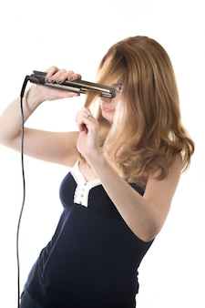 Mujer alisando su pelo