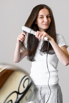 Mujer alisar el cabello