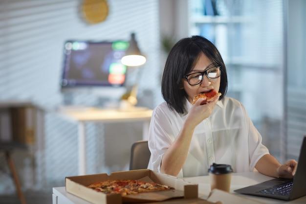 La mujer almuerza en la oficina