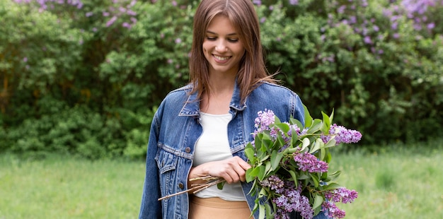 Mujer de alto ángulo con bouquet lila