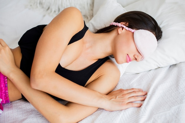 Mujer de alto ángulo durmiendo con máscara