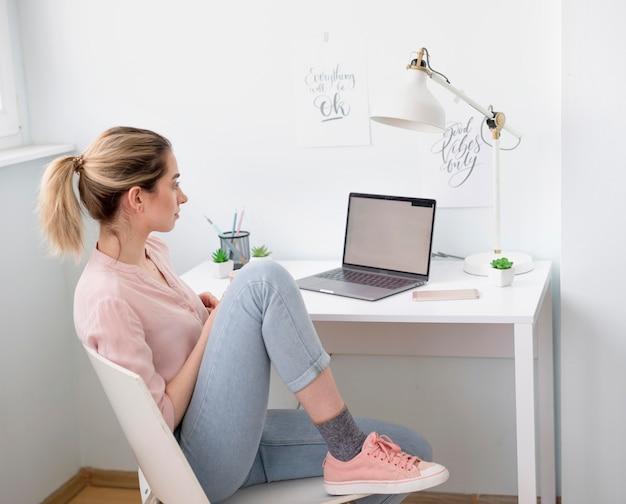 Mujer de alto ángulo en el escritorio de trabajo