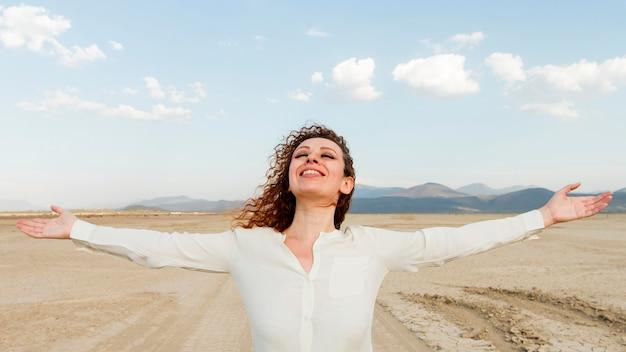 Mujer de alto ángulo feliz de estar en la naturaleza