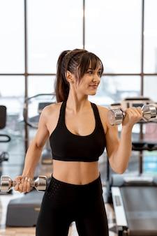 Mujer de alto ángulo haciendo ejercicio con pesas