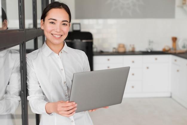 Mujer de alto ángulo que trabaja en la computadora portátil