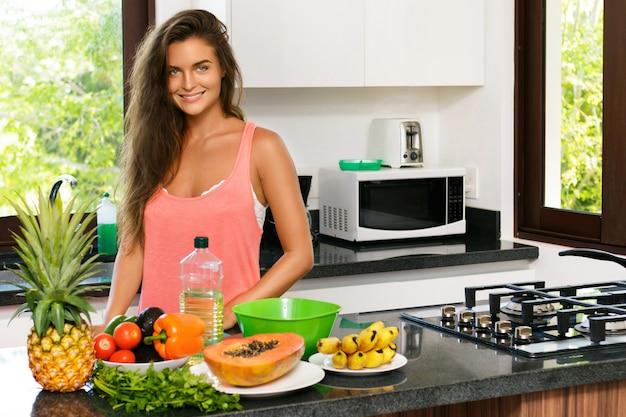 Mujer ama de casa durante el proceso de cocción en la cocina