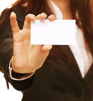 Mujer amable sosteniendo una tarjeta de visita y sonriendo