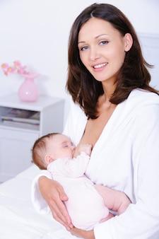 Mujer amamantando a bebé