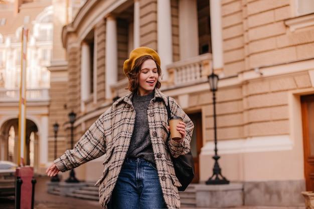 Mujer amante de la libertad explora la ciudad con placer