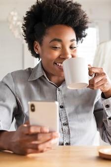 Mujer americana africana, utilizar, un, teléfono móvil