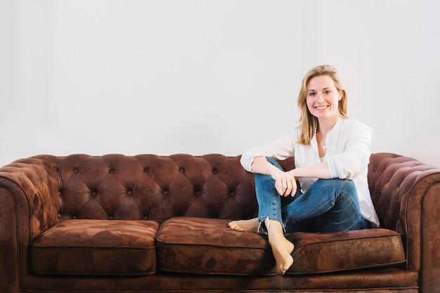 Mujer amistosa en el sofá