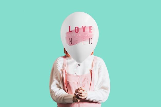 Mujer con amor es todo lo que necesitas globo.