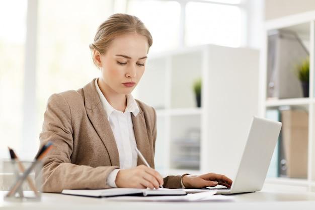 Mujer analista ocupada