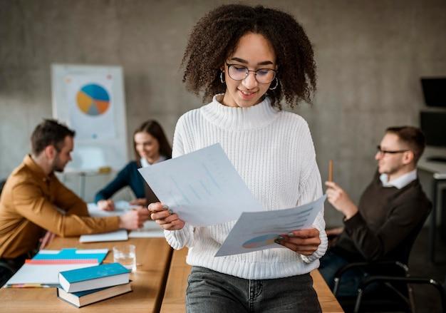 Mujer analizando papel durante una reunión