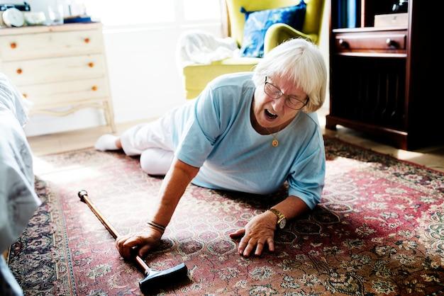 Mujer anciana cayó al suelo