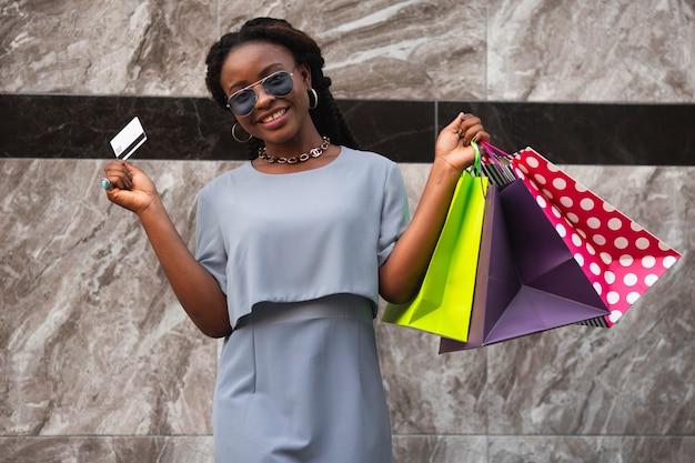 Mujer de ángulo bajo acaba de terminar las compras
