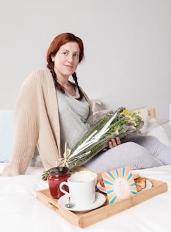 Mujer de ángulo bajo en casa sorprendida el día de la madre