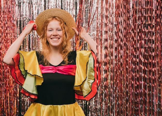 Mujer de ángulo bajo disfrazada para fiesta de carnaval