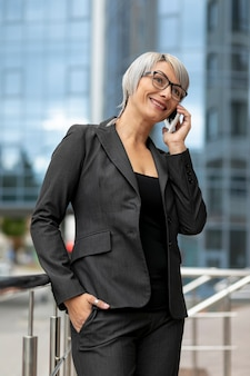 Mujer de ángulo bajo hablando por teléfono