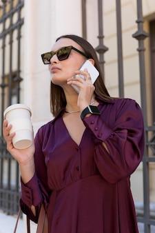Mujer de ángulo bajo, tenencia, taza de café