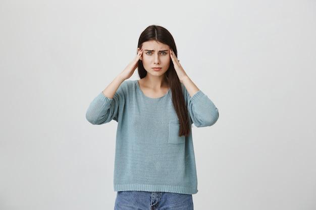 Mujer angustiada con dolor de cabeza o migraña