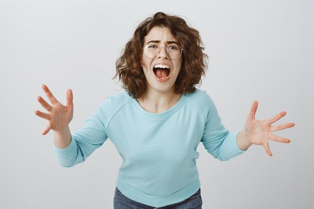 Mujer angustiada y enojada, desconsolada gritando y dándose la mano, chica teniendo discusión, regañando a alguien