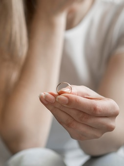 Mujer con anillo de matrimonio quitado