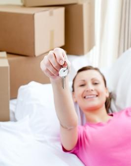 Mujer animada relajante en un sofá con cajas