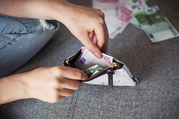 Mujer anónima que cuenta nuevos billetes de euro