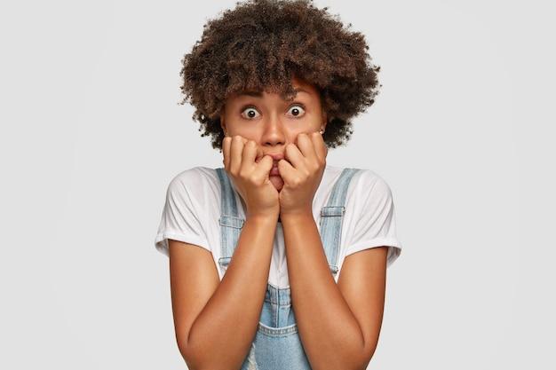 Mujer ansiosa nerviosa muerde las uñas de los dedos
