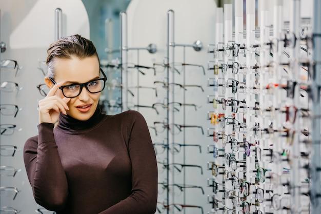 Mujer con anteojos en tienda óptica