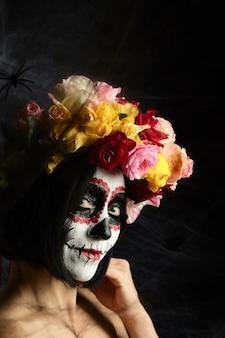 Mujer de apariencia caucásica está vestida con una corona