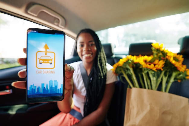 Mujer con aplicación para compartir coche