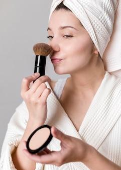 Mujer aplicando polvo