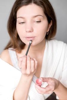 Mujer aplicar lápiz labial