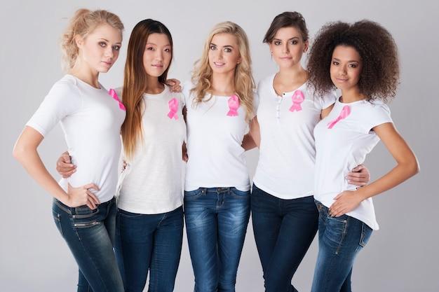 Esta mujer apoya la lucha contra el cáncer de mama