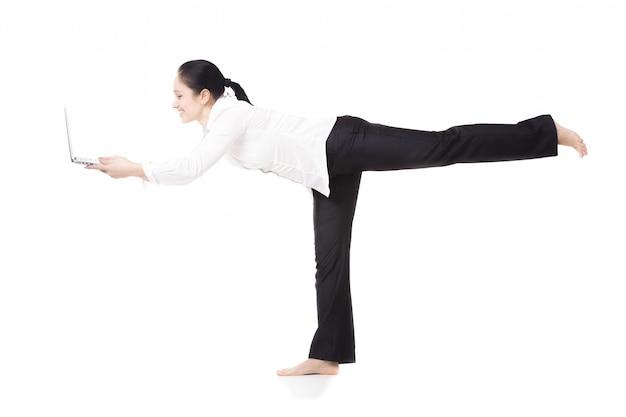 Mujer apoyada en una sola pierna con un portátil