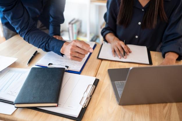 La mujer aprende y enseña la educación del concepto del tutor ayudándose mutuamente sentado en una mesa en la sala de clase.
