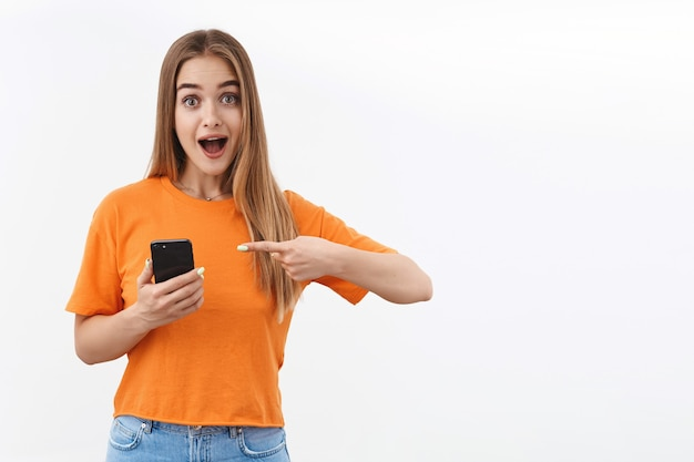 Mujer apuntando al teléfono inteligente