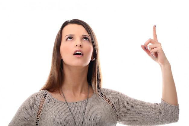 Mujer apuntando hacia arriba con el dedo